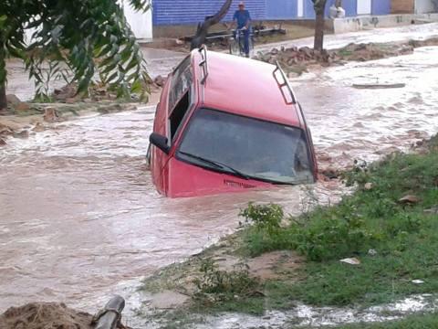 Photo of Temporal alaga avenidas e arrasta carro em Oeiras