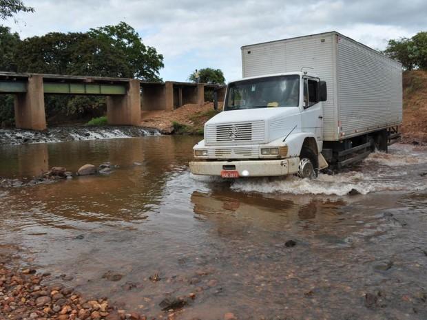 Photo of Isaías Coelho: Com ponte interditada, motoristas fazem travessia por dentro de rio