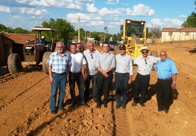 Photo of Autoridades visitam obras de asfaltamento da estrada de Santa Luzia