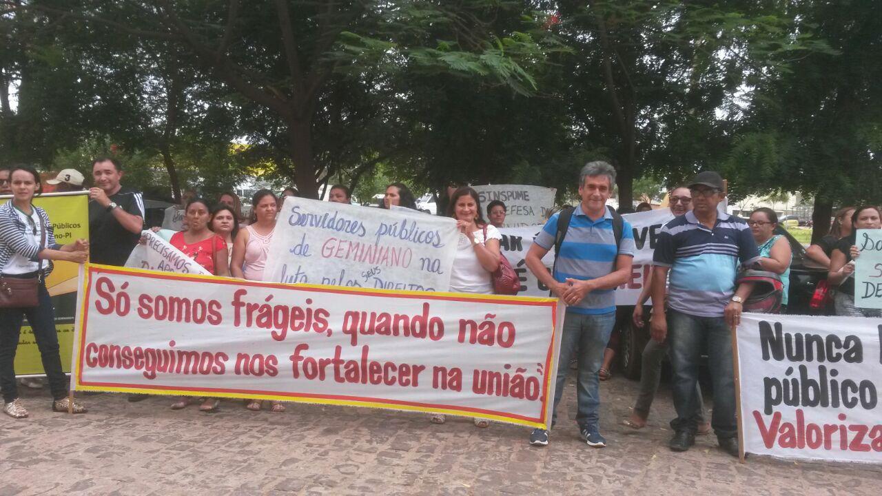 Photo of Servidores públicos de Geminiano promovem manifestação e cobram salários atrasados