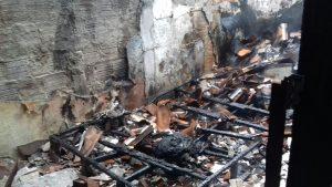 O incêndio danificou a estrutura física da casa, derrubou parte do telhado e provavelmente terá de ser demolida.