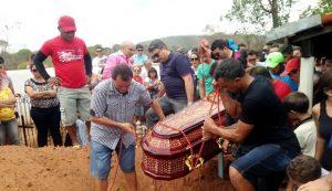 Centenas de pessoas, entre familiares, amigos e a própria população, acompanharam o cortejo no cemitério simples no povoado Lagoa dos Marcelinos