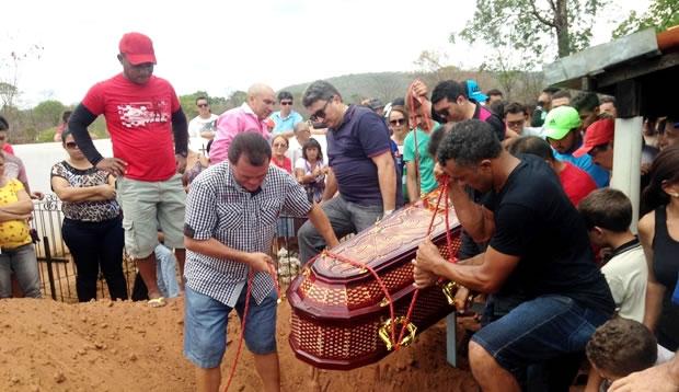 Photo of Corpo de Chico Borges é enterrado sob comoção em Santana do Piauí