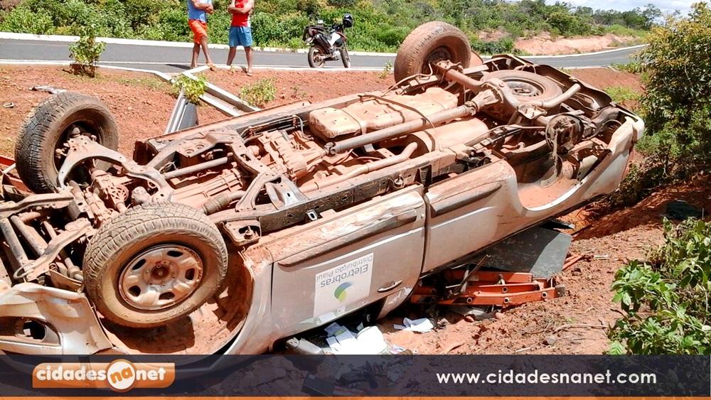 Photo of Carro da Eletrobras capota próximo à cidade de Vera Mendes