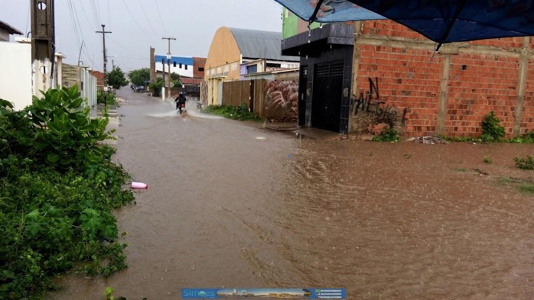 Photo of Forte chuva na cidade de Simões deixa ruas alagadas; fotos