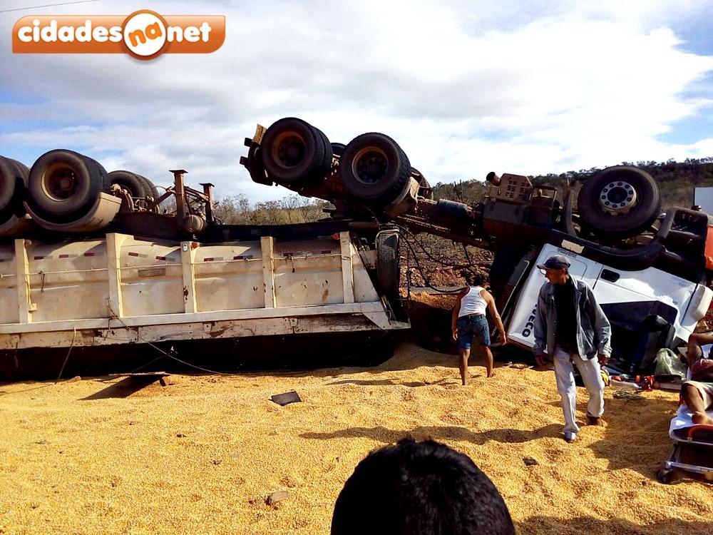 Photo of Carreta transportando milho tomba na PI 245 e deixa duas pessoas feridas