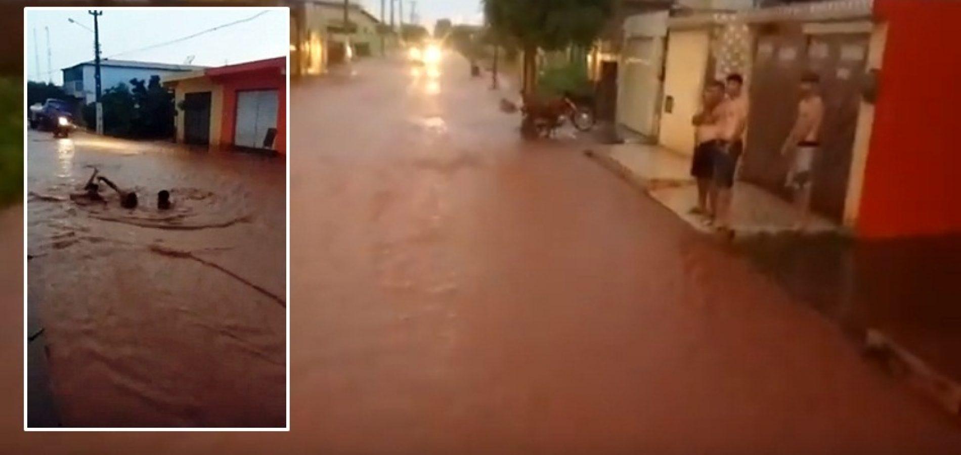 Photo of Vídeo mostra moradores de Itainópolis 'nadando' em rua alagada. Assista!