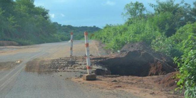 Photo of Cratera se abre na PI-375, que liga Picos a Santana do Piauí e moradores podem ficar ilhados