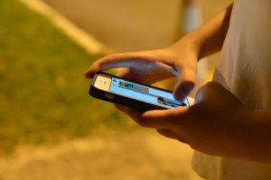 Pesquisa realizada nos Estados Unidos apontou que mais da metade dos adolescentes entrevistados (54%) consideram passar muito tempo com o celular.