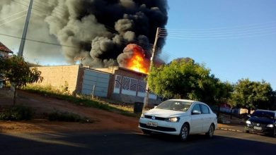 Photo of Sussuapara: Veículo pega fogo e causa incêndio em depósito de gás