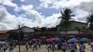Alunos protestam com guarda-chuva falta de cobertura de quadra — Foto: Reprodução/Redes Sociais