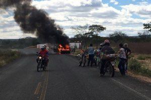 Carro incendeia na PI 378 próximo a Fazenda Condado em Pio IX