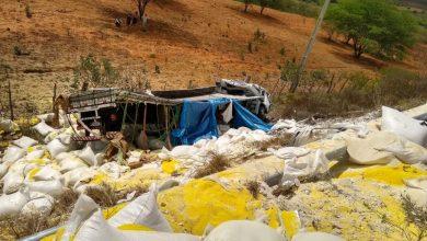 Photo of Motorista fica preso às ferragens após caminhão capotar na BR-316 entre Marcolândia e Araripina