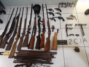 Polícia apreende arsenal de armas irregulares em oficina no Sul do Piauí — Foto: Divulgação/ Polícia Militar