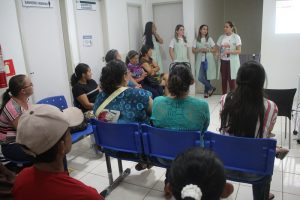 Imagem mostra profissionais da APAAS e mães e pais de pacientes atendidos. (Foto: Divulgação/APAAS)